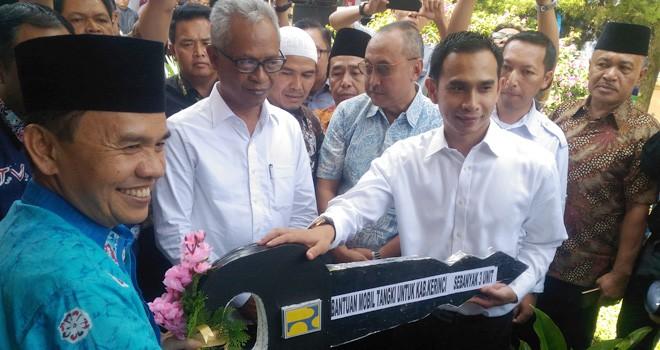 Staf khusus pimpinan DPR RI, Dipo Ilham Djalil menyerahkan bantuan mobil tengki kepada Bupati Kerinci, Adirozal dan Walikota Sungai Penuh, Asafri Jaya Bakri.