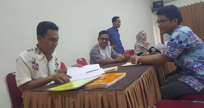 Komisioner KPU Provinsi Jambi, M. Sanusi (tengah) menerima penyerahan syarat dukungan bakal calon DPR RI beberapa waktu lalu.