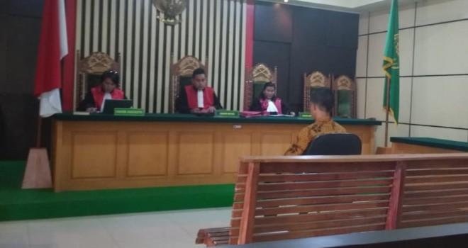 Terdakwa M Jamaah saat mendengarkan vonis hakim di Pengadilan Tipikor Jambi, Senin (23/7).