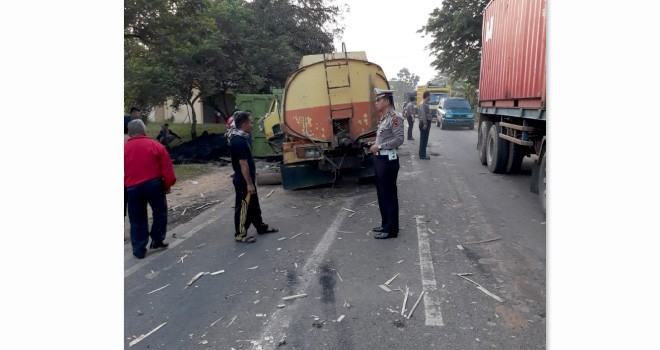 Anggota Unit Laka Lantas Polresta Jambi saat melakukan olah TKP di lokasi kecelakaan, Senin (23/7).
