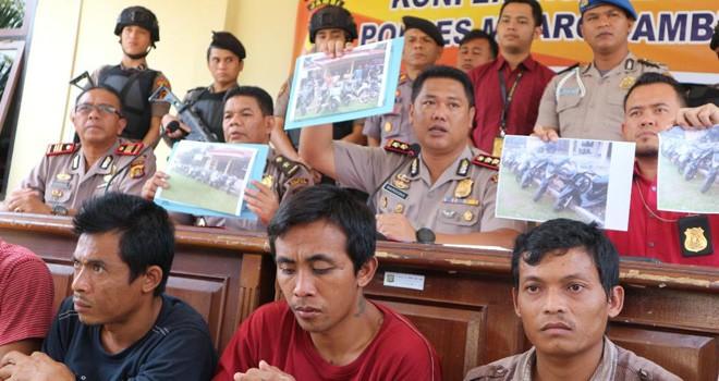 Kapolres Muarojambi, AKBP Mardiono saat melakukan pres relase pengungkapan komplotan pencurian kendaraan bermotor di Mapolres Batanghari, Selasa (24/7).