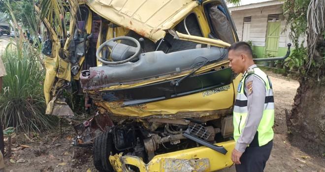 Kondisi salah satu mobil truk yang ringsek bagian depan cukup parah saat polisi melakukan olah TKP di lokasi kejadian, Selasa (24/7).