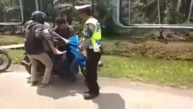 Polisi saat menhentikan Pengendara Berbonceng Tiga di Geragai.