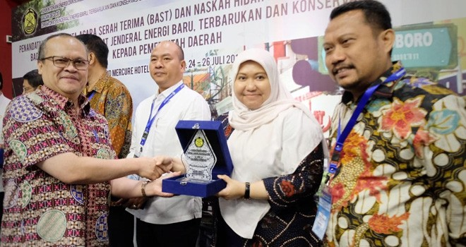 Bupati Masnah menerima Cindramata dari Kementrian ESDM usai acara Penandatanganan Naskah Hibah.