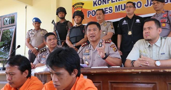Kapolres Muarojambi, AKBP Mardiono saat melakukan pres release penangkapan dua pelaku begal di Mapolres Muarojambi.