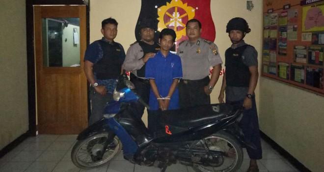 Tersangka Aswandi saat diamankan pihak kepolisian bersama dengan barang bukti satu unit motor Vega R.