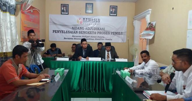 Ketua Panwaslu Kota Jambi, Ari Juniarman memimpin sidang ajudikasi sengketa Pemilu antara PKPI dan KPU, Jumat (27/7) kemarin.