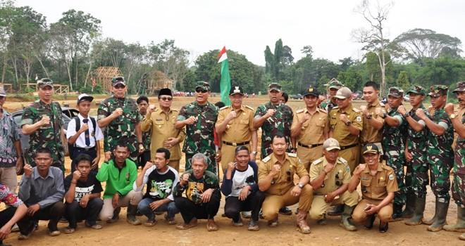 Bupati Dampingi Pangdam II Sriwijaya yang Baru Meninjau Kampung Madani SAD