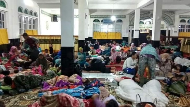 Warga pentagen saat mengungsi di masjid.