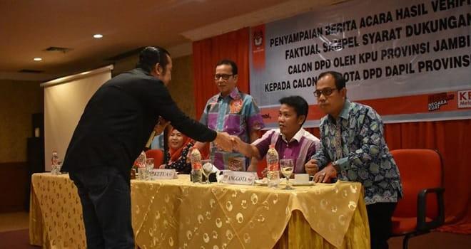 PEMILU : Salah satu pengurus partai politik menyerahkan dokumen perbaikan bakal calon legislative untuk DPRD Provinsi Jambi di Komisi Pemilihan Umum (KPU).