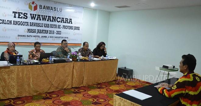 Peserta calon anggota Bawaslu Kabupaten/Kota dalam Provinsi Jambi mengikuti tes wawancara di hotel Shangratu yang berakhir Sabtu (4/8) kemarin.