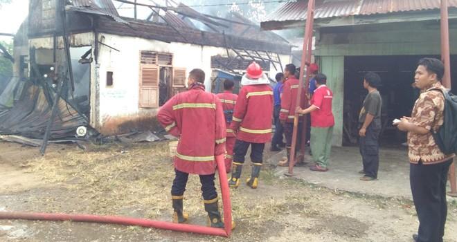 Kebakaran di RT 2, Kelurahan Cempaka Putih, Kecamatan Jelutung, ludes dilalap si jago merah.