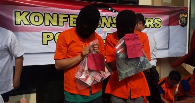Dua pelaku pecah kaca yang berhasil membawa kabur uang Rp500 juta milik milik PT Musi Mitra Jaya saat diamankan di Polda Jambi, beberapa waktu lalu. Foto : M Ridwan / Jambi Ekspres
