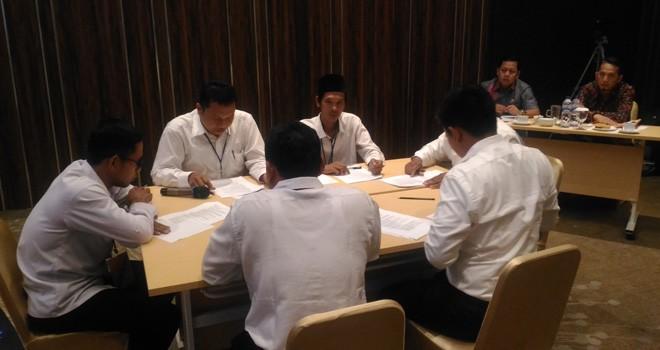 Calon anggota Bawaslu Kabupaten/Kota telihat berdiskusi memecahkan sebuah masalah Pemilu pada uji kelayakan dan kepatutan di hotel Luminor belum lama ini.