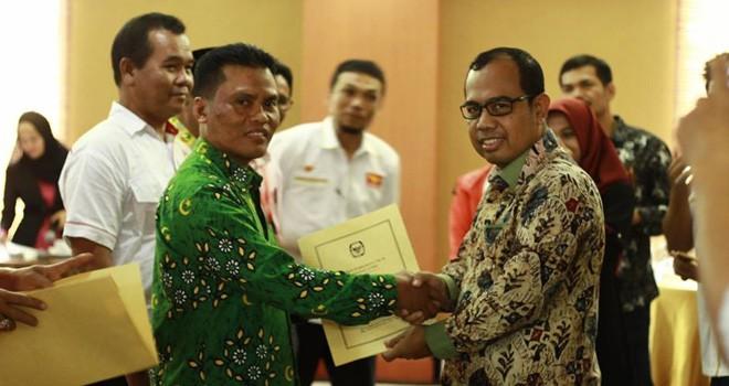 Komisioner KPU Provinsi Jambi, Sanusi menyerahkan hasil verifikasi Parpol. Kader di Coret, Parpol gugat penyelenggara.