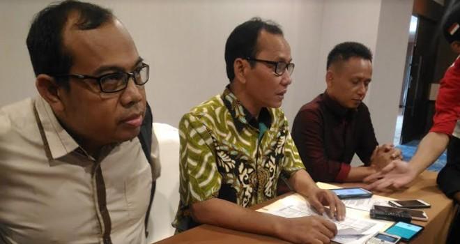 Ketua KPU Provinsi Jambi, M. Subhan (tengah) memberikan keterangan usai menggelar pleno penetapan daftar calon sementara anggota DPRD Provinsi Jambi di hotel BW Luxury.