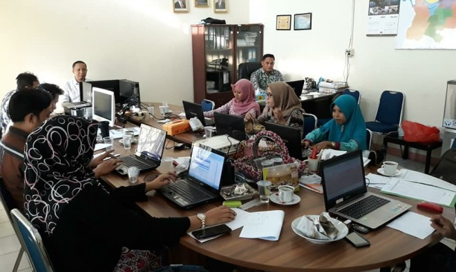 Operator Sidalih KPU Kota Jambi tengah bekerja memaksimalkan data pemilih sebelum pleno rekapitulasi DPSHP hari ini, Jumat (24/8).