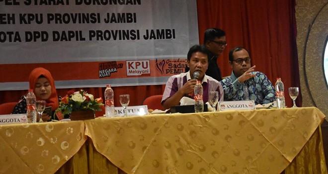 Komisioner KPU Provinsi Jambi Apnizal memberikan pengarahan pada pleno penyampaian berita acara hasil verifikasi dukungan tahap pertama calon DPD RI beberapa waktu lalu.
