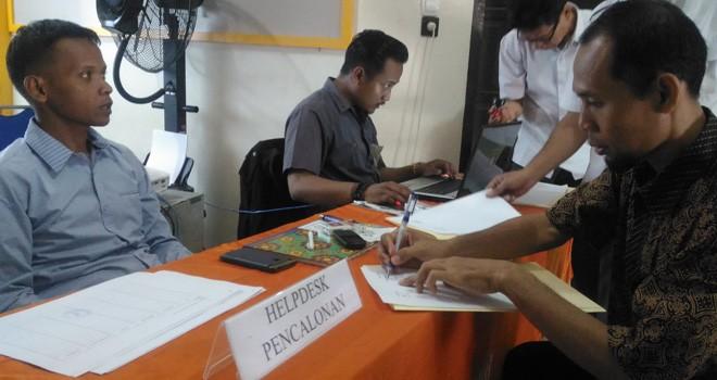 Komisioner KPU Kota Jambi, Yatno menerima pendafataran Bacaleg. Terima masukan masyarakat, KPU coret Bacaleg di Kota Jambi.
