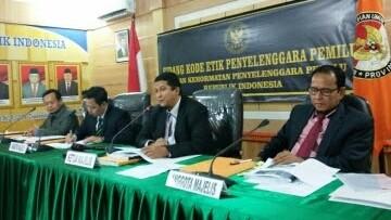 PELANGGARAN :Anggota DKPP RI, Prof.Dr. Muhammad, SIP, M.Si memimpin sidang dugaan pelanggaran kode etik lima komisioner KPU dan Panwaslu Kerinci.