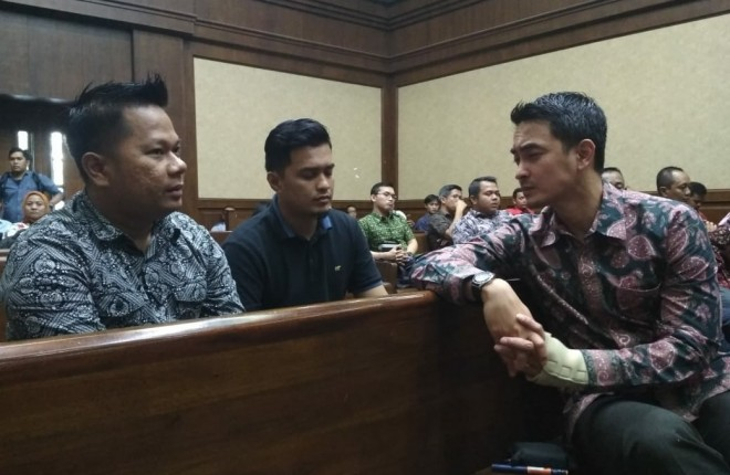Gubernur Jambi nonaktif Zumi Zola tiba untuk menjalani sidang di Pengadilan Tipikor,  Jakarta,  Kamis (6/9). Sidang beragendakan mendengar ketererangan saksi.  Foto: Ismail Pohan /INDOPOS