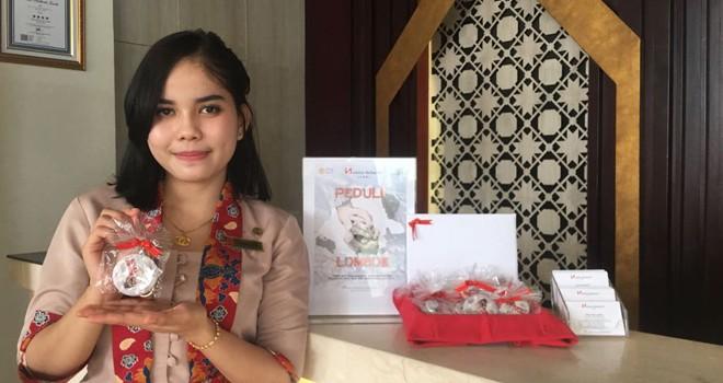 Swiss-Belhotel Jambi menjual gantungan kunci Peduli Lombok seharga Rp50.000.