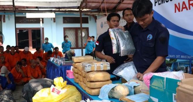 Aparat BNN memusnahkan sejumlah barang bukti narkoba berupa sabu-sabu, ganja, dan lain sebagainya. (Dery Ridwansah/JawaPos.com)