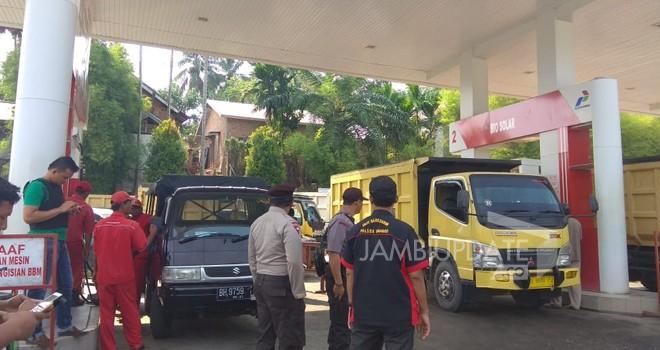 Polsek Bangko menertibkan pelangsir BBM di SPBU Sungai Misang.