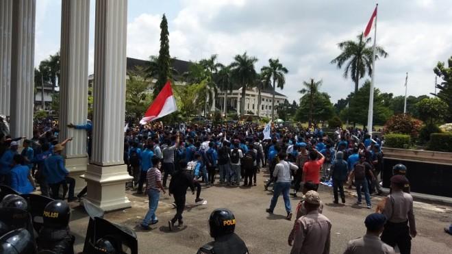 Aksi demonstrasi ratusan mahasiswa UIN STS Jambi di depan Gedung DPRD Provinsi Jambi, Kamis (20/9).