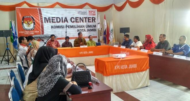 Rapat pleno digelar di kantor KPU.