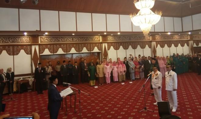 Plt Gubernur Jambi Fachrori Umar saat melantik Bupati dan Wakil Bupati Merangin,Alharis dan Mashuri.