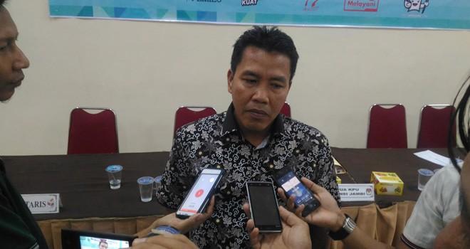 Komisioner KPU Provinsi Jambi, Apnizal memberikan ketarangannya usai menggelar rakor persiapan menghadapi deklarasi kampanye damai bersama partai politik dan calon DPD RI.