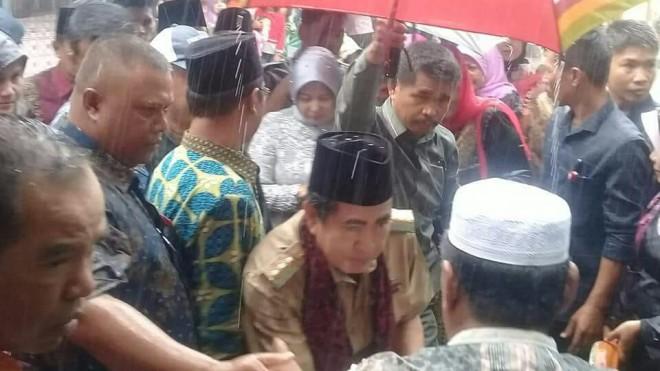 Diguyur Hujan, Warga Dusun Baru Enggan Beranjak Sambut Wako AJB.