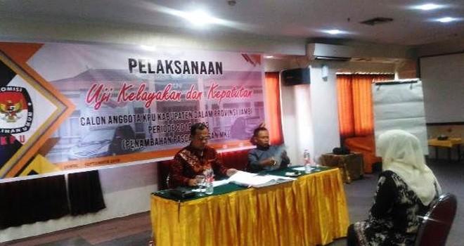 Komisioner KPU Provinsi Jambi, Sanusi dan Nur Kholik melakukan uji kelayakan terhadap peserta seleksi penambahan paska putusan Mahkamah Konstitusi di hotel Abadi Grand.