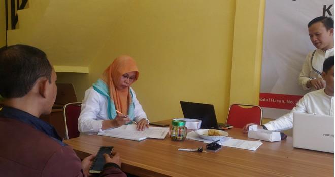 SELEKSI : Panitia seleksi calon anggota KPU empat Kabupaten/kota menerima dokumen pendaftaran dari salah satu perserta disekretariat tim seleksi dikawasan Telanaipura Kota Jambi, Kamis (27/9) kemarin.