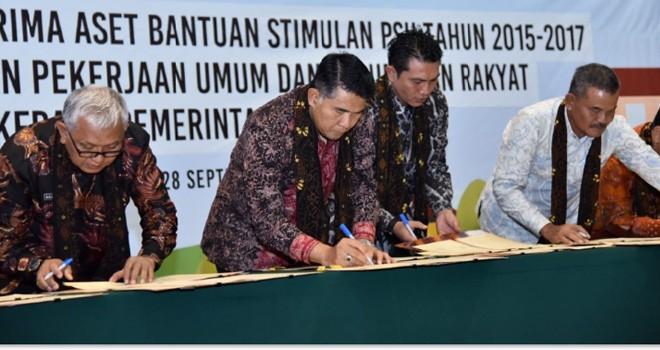 penandatanganan berita acara serah terima dan naskah hibah dari Kementerian PU Pera ke Pemkot Jambi.
