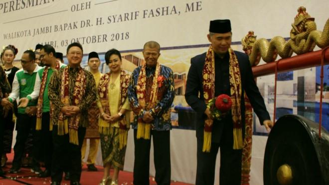 Pemukulan gong peresmian BW Luxury Jambi oleh Walikota.