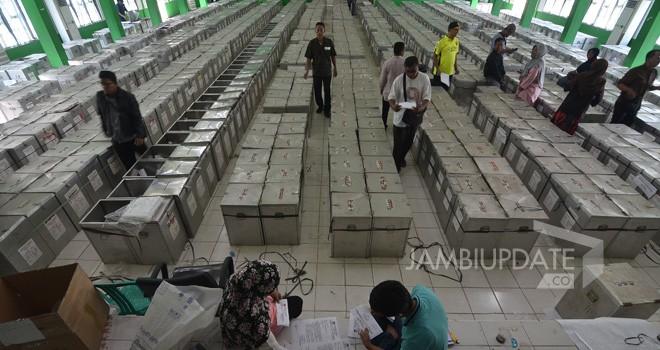 Komisi Pemilihan Umum (KPU) Kota Jambi melakukan penyortiran kotak suara di Asrama Haji. Pada Pemilu 2019, kotak tidak lagi gunakan bahan almunium.