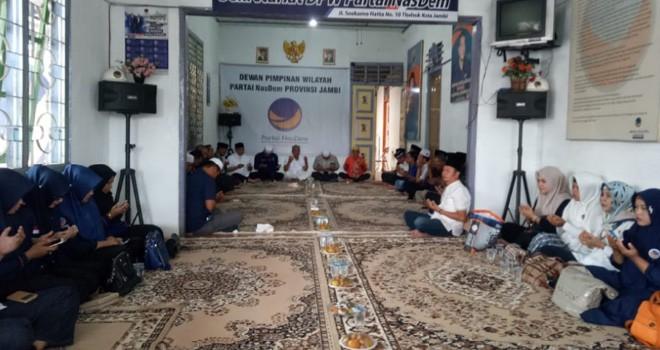 Pengurus dan kader NasDem Jambi menggelar tahlilan dan doa bersma dikantor DPW kawasan Thehok Kota Jambi, Jumat (5/10) kemarin.