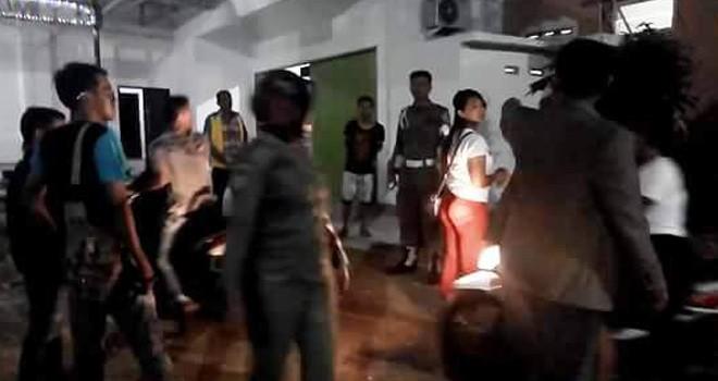Suasana saat razia tempat hiburan malam dan hotel di Kota Sarolangun, Kamis (4/10) malam.