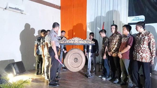 Pemukulan gong oleh Kapolda Jambi  Pembukaan kegiatan Apel 3000 mahasiswa sakti alam kerinci.