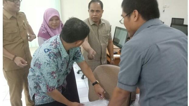 SELEKSI : Rombongan Timsel calon anggota KPU Kabupaten/Kota dalam Provinsi Jambi mengecek server pada uji coba di kantor UPT BKN Jambi, Senin (8/10) kemarin.