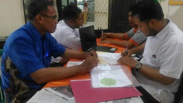 SOSIALISASI : Sekretaris DPD PAN Kota Jambi, Widodo menyerahkan desain APK kepada KPU, Rabu (10/10) kemarin.
