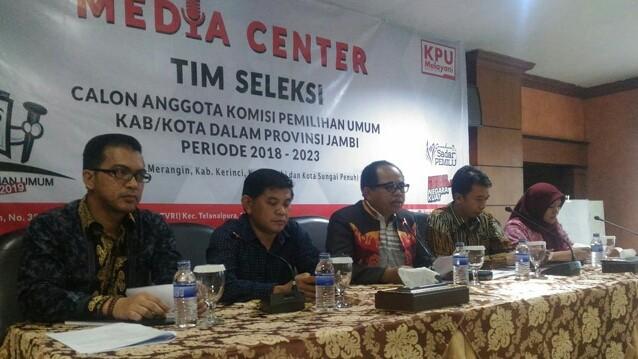 SELEKSI : Timsel calon KPU Kabupaten/Kota dalam Provinsi Jambi menyampaikan persiapan seleksi usai dilantik KPU RI di Grand Hotel belum lama ini.
