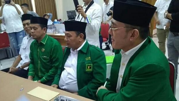 PEMILU : Ketua DPW PPP Provinsi Jambi, Evi Suherman bersama kader partai mendaftarkan Caleg di Komisi Pemilihan Umum (KPU). Hadapi Pemilu, PPP diterpa kabar persoalan pungutan diinternal partai.