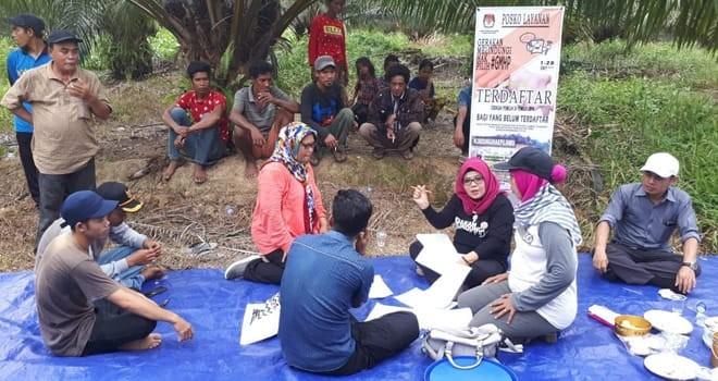 PENDATAAN : Komisioner KPU Provinsi Jambi, Ahdiyenti bersama tim melakukan pengecekan data pemilih terhadap SAD di Desa Tanah Garo, Kecamatan Muara Tabir.