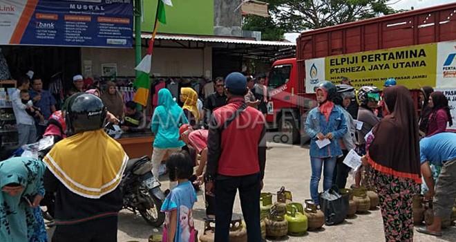 Warga Mayang Mangurai saat antri mendapatkan gas 3 kg di Pasar Mama belum lama ini.