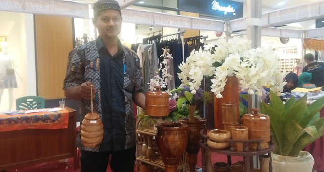Sukirno memperlihatkan beragama kerajinan dari olahan kayu yang dibuat.