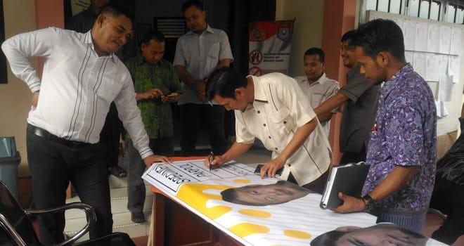 KAMPANYE : Ketua DPD PKS Kota Jambi melakukan pengcekan alat peraga kampanye (APK) jenis baliho di kantor KPU Kota Jambi.