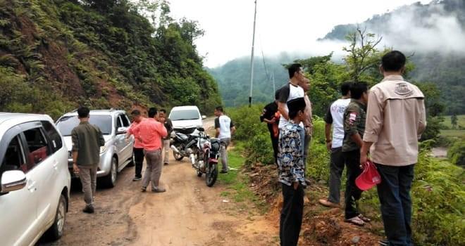 SOSIALISASI :Rombongan Komisioner KPU Provinsi Jambi melewati jalan berbukit dan terjal menuju Kecamatan Batang Asai untuk melakukan sosialisasi pendidikan pemilih rawan bencana.